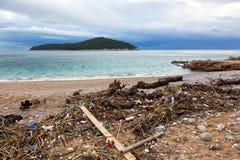 Abfall auf dem Strand Stockfotografie