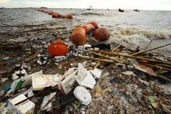 Abfall auf dem Strand Stockfotos