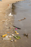 Abfall auf dem Strand Stockbilder