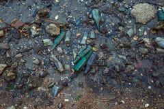 Abfall auf dem Strand bei Ebbe Stockbilder