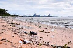 Abfall auf dem Strand in Thailand Stockfotos