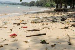 Abfall auf dem Strand verunreinigt den Abfall Lizenzfreie Stockfotos