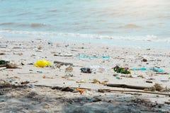 Abfall auf dem Strand verunreinigt den Abfall Lizenzfreie Stockfotografie