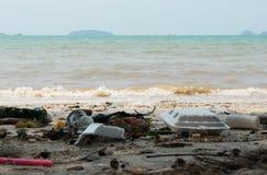 Abfall auf dem Strand verunreinigt den Abfall Lizenzfreie Stockbilder