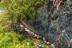 Abfall auf den Straßen der Metropole Istanbul stockbild