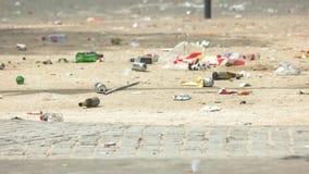 Abfall auf der Straße stock footage