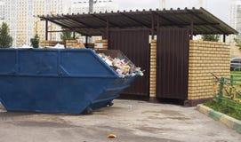 Abfall auf der Straße in der Stadt von Moskau Stockfotos