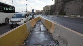 Abfall auf der Straße und den beweglichen Autos nahe Molo Beverello stock video