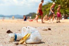 Abfall auf einem Strand gelassen von den Touristen Stockbild