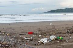 Abfall auf einem Strand nach einem Sturm Stockbilder