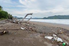Abfall auf einem Strand nach einem Sturm Stockbild
