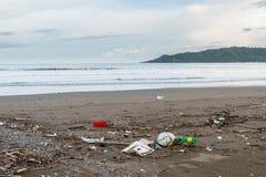 Abfall auf einem Strand nach einem Sturm Lizenzfreies Stockfoto