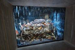 Abfall auf einer künstlichen Höhle Bereiten Sie auf Grüner Planet norwegen stockbilder