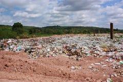 Abfall auf Müllgrube mit Gebirgshintergrund Stockfotos