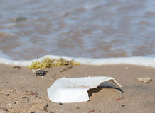 Abfall auf sandigem Strand Stockfoto