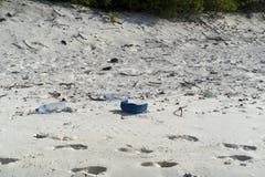 Abfall auf sandigem Strand des Tropeninselparadieses stockfoto