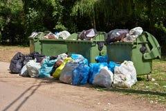 Abfall-Behälter voll, laufend über Stockfotos