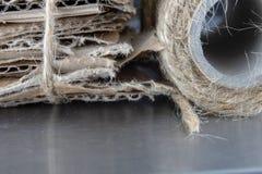 Abfall broschiert mit einer grauen Schnur Alte Papiere und Pappe int stockbild