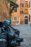 Abfall in den Plastiktaschen, die auf der Straße liegen Stockfotos