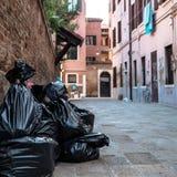Abfall in den Plastiktaschen, die auf der Straße liegen Stockfotografie