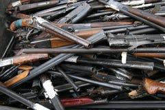 Abfall der defekten und alten Schrotflinten, Gewehre Lizenzfreies Stockfoto