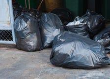 Abfall in der schwarzen Plastiktasche Lizenzfreies Stockbild