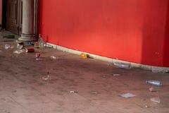 Abfall an der Tür des Gebäudes lizenzfreie stockfotos