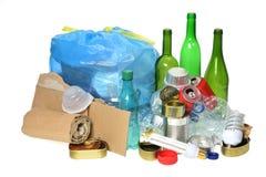 Abfall für die Wiederverwertung mit Papier, Glasflaschen, Dosen, Plastikbot stockfotos