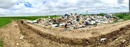 Abfall geworfen zur Straße zwischen Constanta und Ovidiu Lizenzfreie Stockfotografie