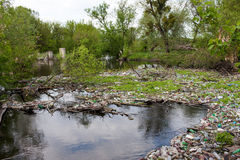Abfall im Fluss Stockfotos