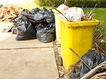 Abfall im gelben Abfall Stockbild
