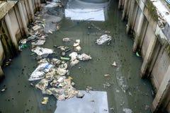 Abfall im Kanal Stockfotos