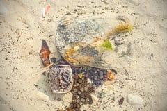 Abfall im seichten Wasser, Strand verunreinigt von den Leuten Stockbild