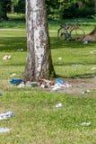 Abfall im Stadtpark Stockfotos