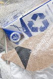 Abfall im Taschenplastik und im Wiederverwertungssymbol Stockfotos