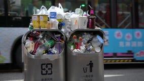 Abfall 4K, der aus überfülltem Abfalleimer auf Stadtstraße Taipeh heraus verschüttet wird taiwan stock footage
