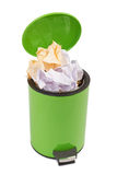 Abfall kann voll oben mit zerknittertem Papier Lokalisiert auf weißem backgro Stockfotos