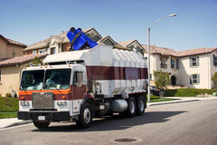 Abfall-LKW in der Tätigkeit Stockbilder