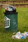 Abfall nahe bei einem Wiederverwertungsstauraum Stockbilder