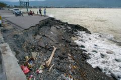 Abfall throwed auf Küstenlinie nach Tsunami in Palu, Indonesien stockbilder