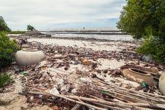Abfall und Abfälle auf dem Strand Lizenzfreies Stockfoto