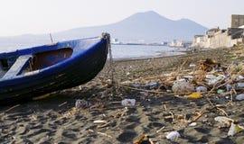 Abfall und Abfälle auf dem Strand Stockbilder