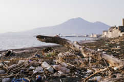 Abfall und Abfälle auf dem Strand Stockfoto