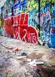 Abfall und bunte Designe in der Graffiti-Gasse, Baltimore, Marylan Lizenzfreie Stockfotos