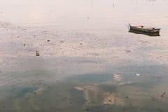 Abfall und Abfall, die auf die Oberfläche mit zerstreutem altem s schwimmen Stockfotos