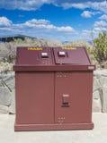 Abfall und Wiederverwertungs-Konzept: Ein allein stehender Abfalleimer Stockfotos