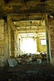 Abfall in verlassenem Kuhstall Stockfoto