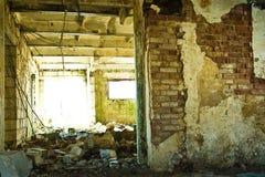 Abfall in verlassenem Kuhstall Stockfotografie