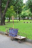 Abfall-Wagen mit Besen im Garten lizenzfreies stockbild