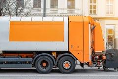 Abfallbeseitigungslastwagen an der Stadtstraße Abraumhalde-LKW auf Stadtstraße Städtisch und Stadtverkehr Abfallwirtschaft, Besei lizenzfreie stockfotos